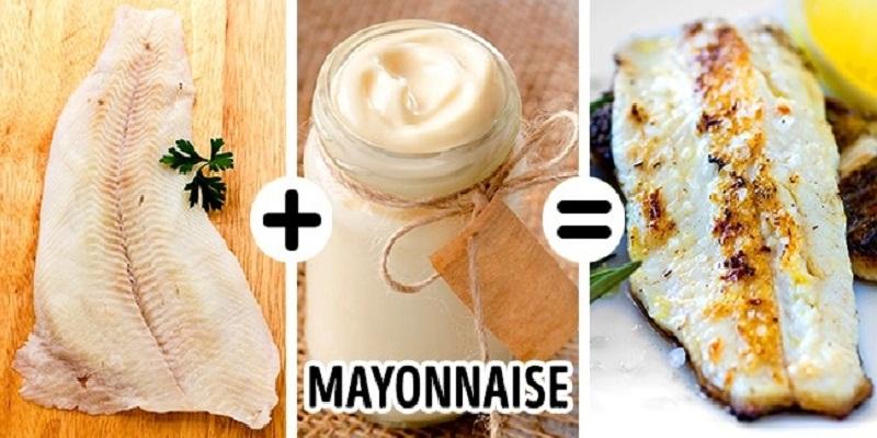 Để lớp vỏ cá nướng ngon, hãy phết một lớp mayonnaise lên