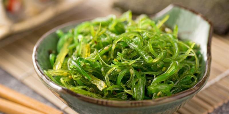 Rong biển trộn với gia vị và dầu mè có mùi hấp dẫn