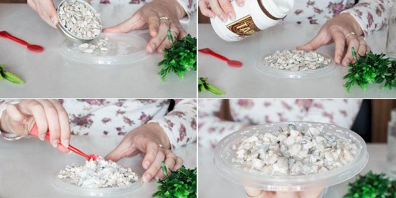 Đầu tiên, bạn cần đổ các hạt đá nhỏ lên trên bề mặt khay nhựa. Rồi sau đó đổ thêm ít keo lên trên lớp đá và trộn đều.