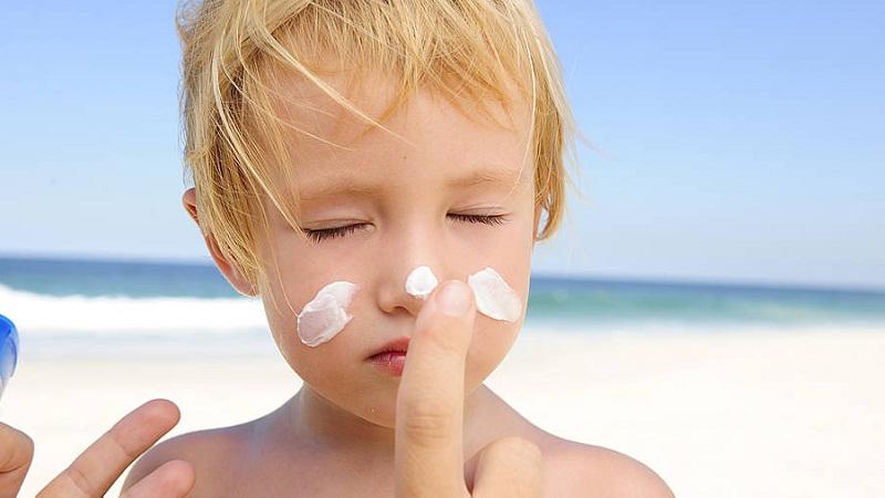 Có nên cho trẻ dùng kem chống nắng?