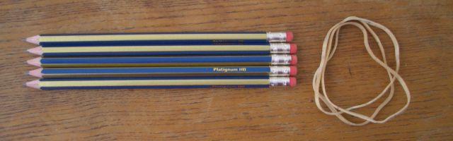 Làm giá đỡ bằng bút chì và dây chun