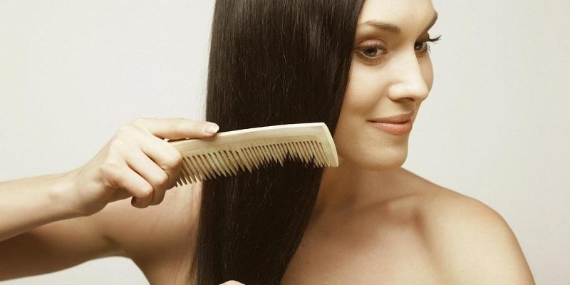 Chải tóc trước khi gội đầu giúp tóc mượt, kích thích tuần hoàn máu trên da đầu.