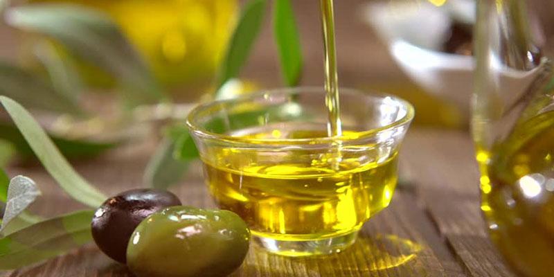 Bạn nên cất giữ những loại dầu có nguồn gốc từ các loại hạt như dầu ô liu, dầu hạnh nhân...vào trong tủ lạnh để chúng không bị ôi thiu