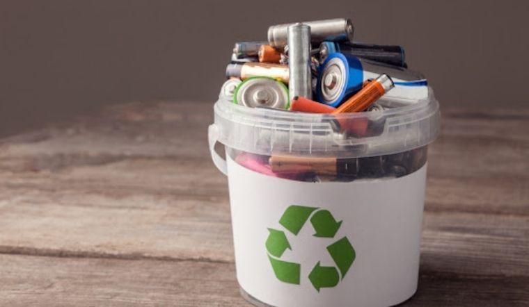 Hiểm họa từ thói quen vứt pin đã sử dụng vào thùng rác và cách xử lý an toàn