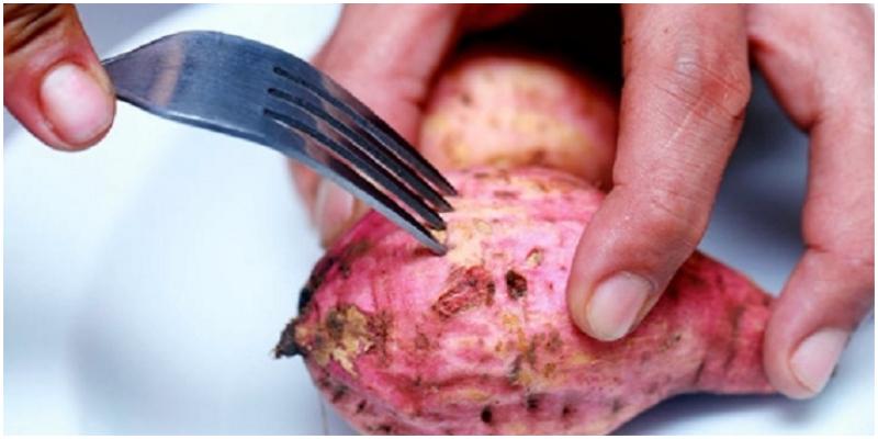 Dùng nĩa đâm quanh củ khoai