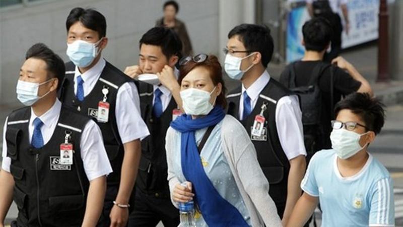 Sử dụng khẩu trang khi đi ra ngoài để phòng ngừa bệnh lao phổi