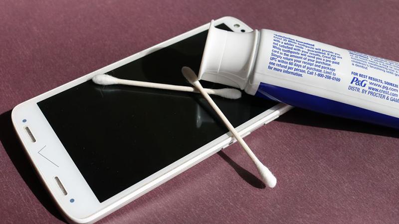 Mẹo àm mờ vết xước trên màn hình điện thoại bằng kem đánh răng