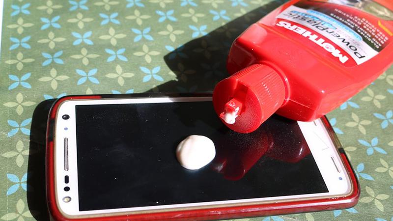 Mẹo àm mờ vết xước trên màn hình điện thoại bằng kem mờ xước cho xe hơi