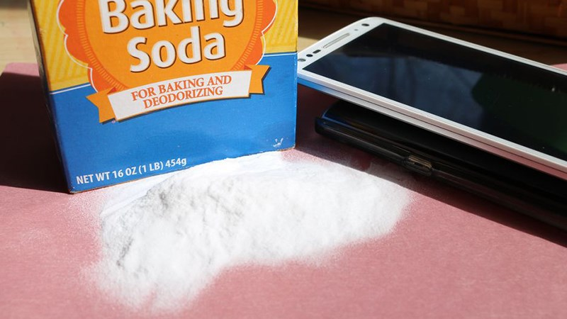 Mẹo àm mờ vết xước trên màn hình điện thoại bằng baking soda