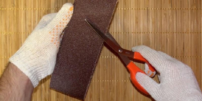 Dùng giấy nhám chà xát nhiều lần để lưỡi dao kéo sắc bén như mới.