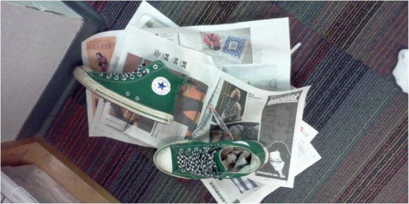 Dùng giấy báo hong khô giày