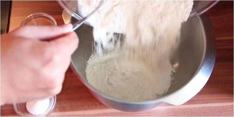 Thêm chút muối vào bột giúp bảo quản bột tốt hơn