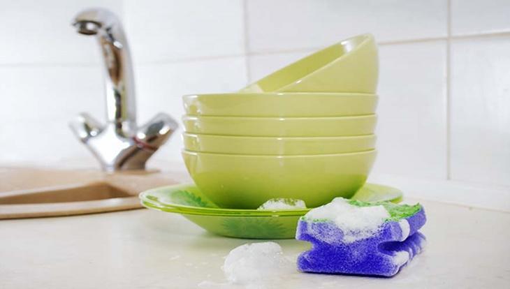 Sử dụng miếng rửa chén bằng miếng bọt biển hay khăn vải mềm