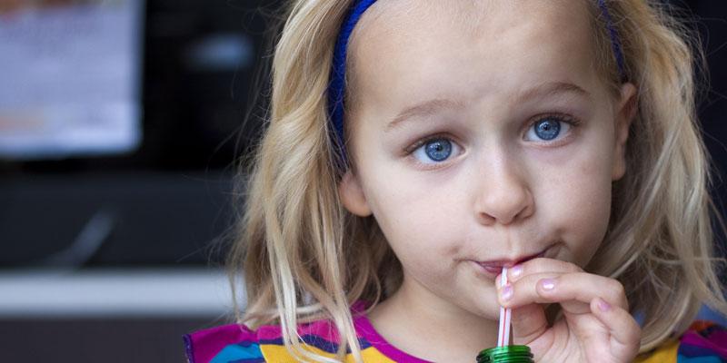 Các loại nước uống không tốt cho trẻ nhỏ