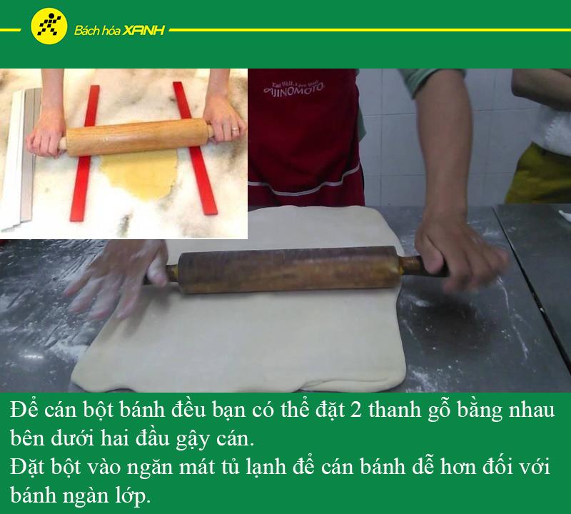 Dùng thanh gỗ lót dưới 2 đầu gậy để cán bột đều hơn