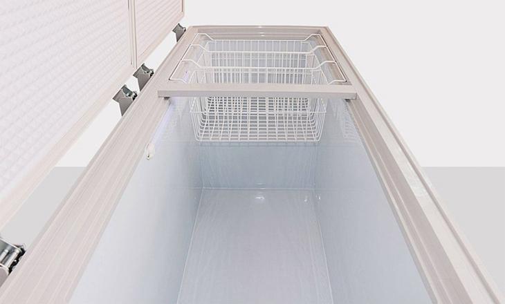 Bước 5: Vệ sinh bên trong tủ đông