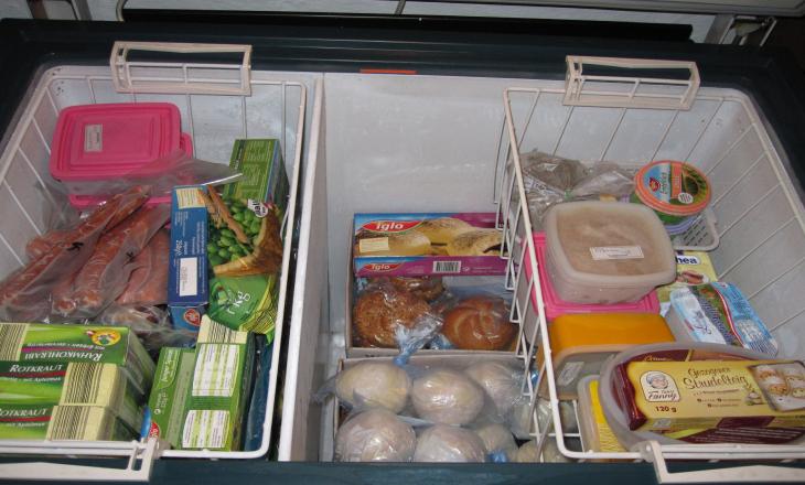 Bước 8: Gắn lại các khay kệ đã tháo ra, sắp xếp thức ăn vào và cắm phích tủ đông