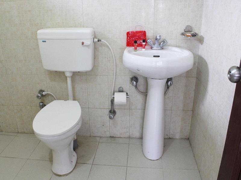 Vệ sinh bên ngoài toilet một cách khoa học