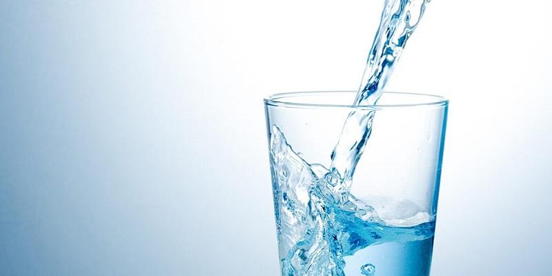 Khi bị tiêu chảy, bạn nên uống đủ ít nhất 8 ly nước mỗi ngày.