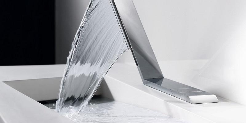 Dùng một miếng vải sạch đã thấm nước lạnh, thấm lên vị trí vết máu bẩn.