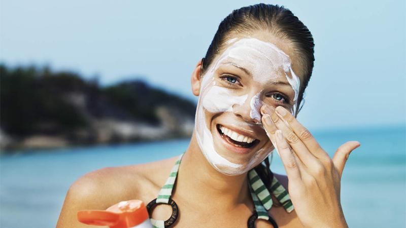 Kem chống nắng sẽ bảo vệ làn da dưới ánh nắng gay gắt của mùa hè, đồng thời ngăn cản những tác nhân gây hại cho da có trong ánh sáng mặt trời như UVA, UVB,…