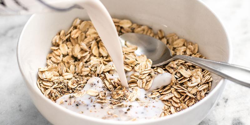 Cho 1 lít sữa vào cối xay + một chút muối + 1 muống cà phê đường (tùy khẩu vị mỗi người) + bột yến mạch