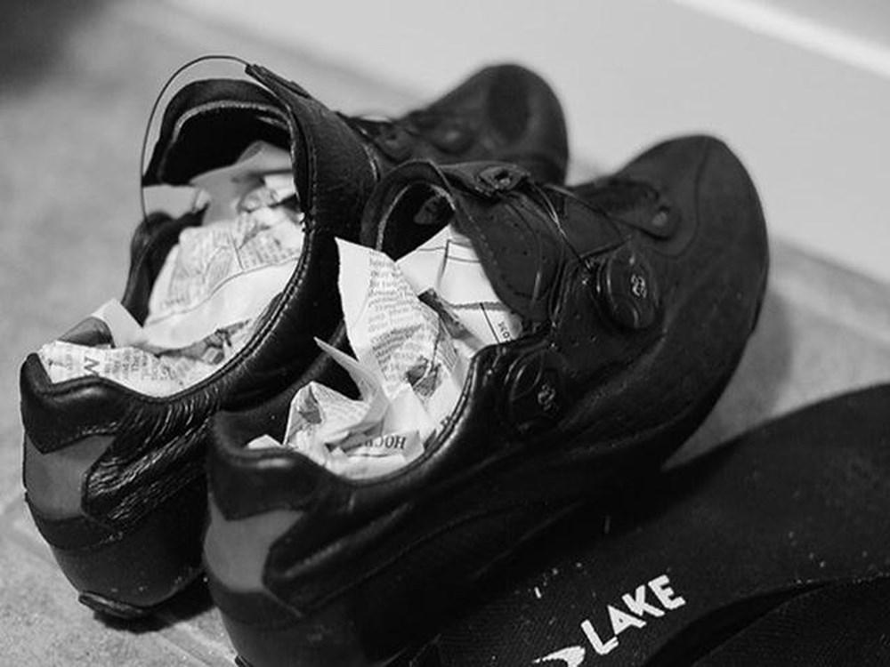 Xử lý giày ngay sau khi đi mưa