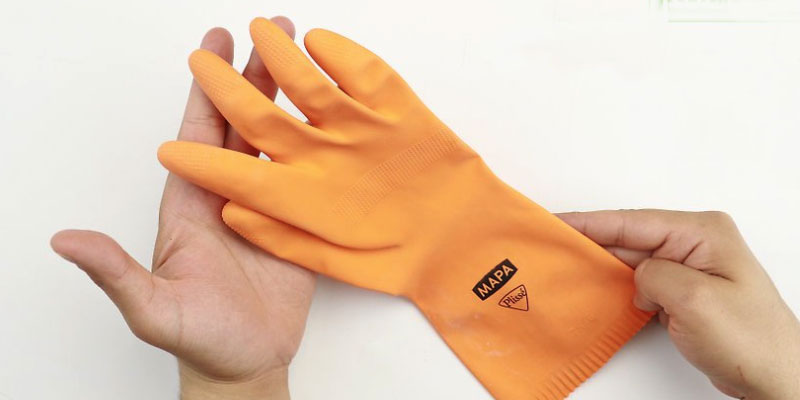 Dùng găng tay cao su để mở nắp