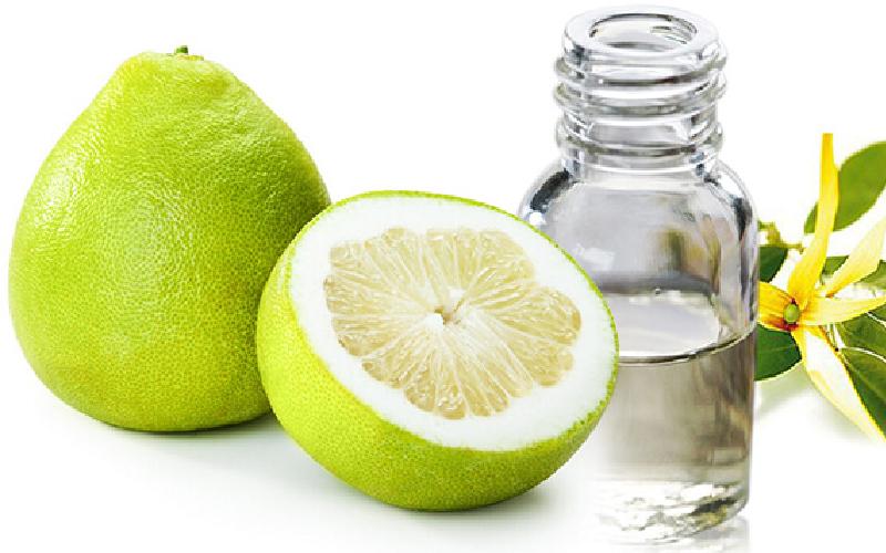 Tinh dầu vỏ bưởi nguyên chất chứa các thành phần pectin, naringin, đường ramoza, vitamin A và C,... là các chất không chỉ giúp tóc nhanh dài