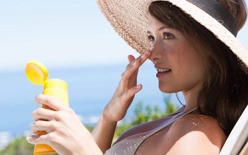 Dùng kem chống nắng và massage vùng da trán hằng ngày