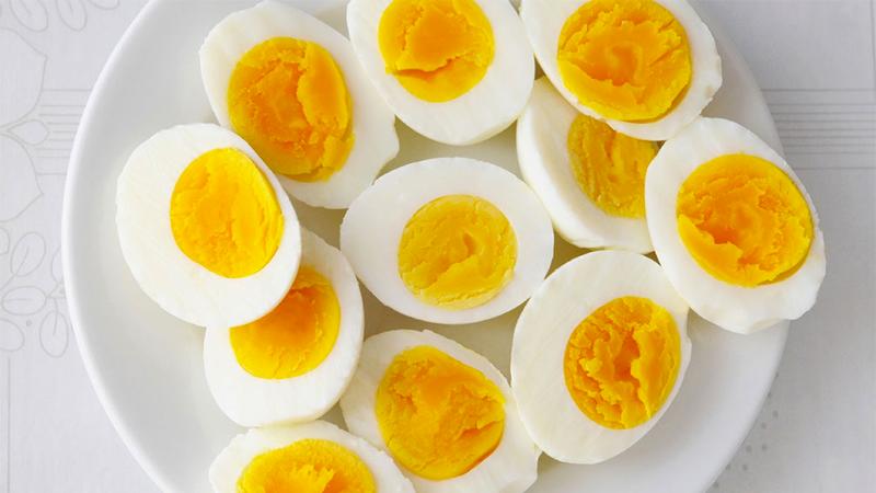 Trứng là một loại thực phẩm tuyệt vời vì nó chứa tất cả các chất dinh dưỡng mà cơ thể cần như sắt, protein, canxi, phốt pho, vitamin và khoáng chất.