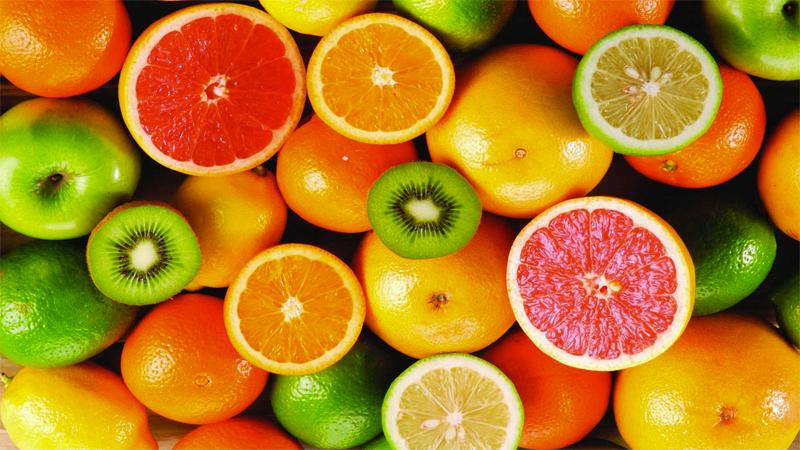 Vitamin C có chứa nhiều trong ổi, ớt chuông, trái cây họ cam, quýt, kiwi và súp lơ xanh.