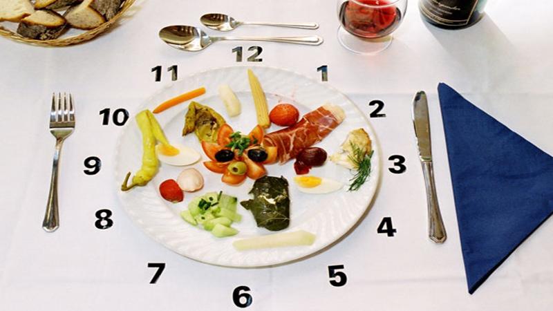 Cha mẹ nên phân chia thời gian giữa các bữa hợp lý để phát triển thể chất cũng như não bộ của trẻ.