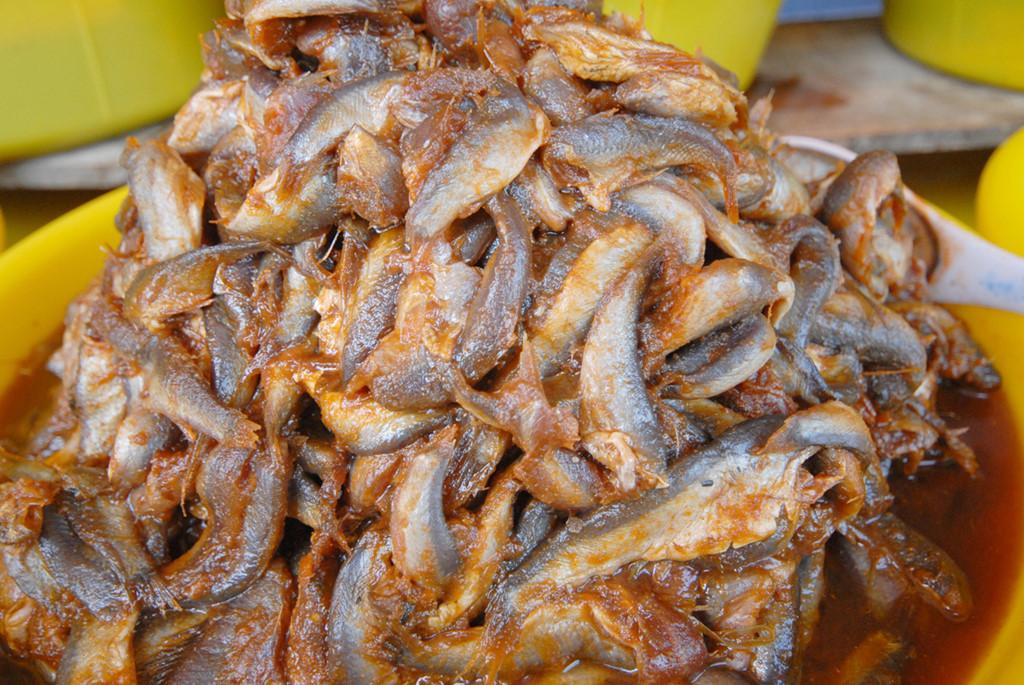 Nước sôi cho mắm cá linh vào nấu đến khi dẻo mềm