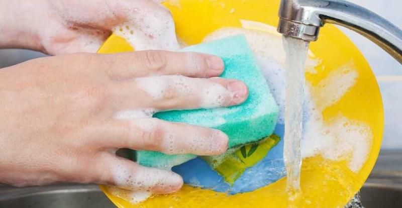 Miếng rửa chén trong nhà bếp thường xuyên sử dụng để làm sạch chén đĩa, không vệ sinh đúng cách, sẽ chứa rất nhiều vi khuẩn, chất bẩn