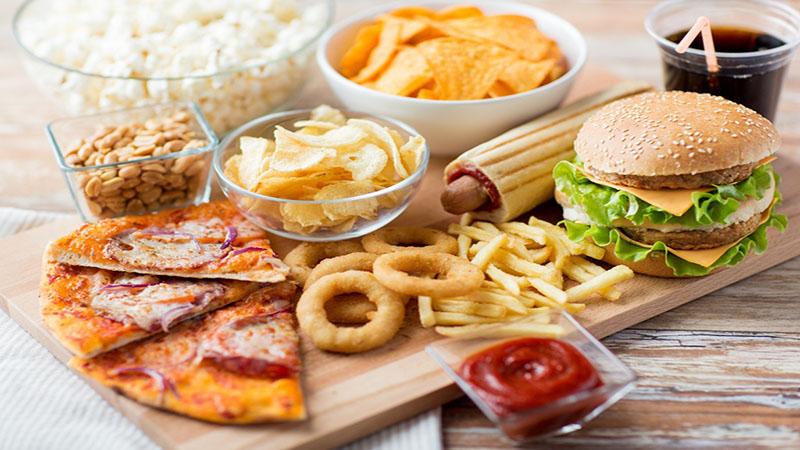 Tiêu thụ nhiều đồ cay nóng, đồ chiên nhiều dầu mỡ cũng làm giảm quá trình thải nhiệt độc trong cơ thể và tăng bài tiết chất nhờn trên da, mụn phát triển nhanh chóng