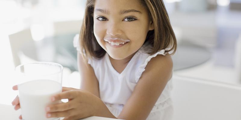 Sữa nguyên kem cung cấp rất nhiều chất dinh dưỡng như canxi, calo và chất béo. Đây là loại thực phẩm hổ trợ tăng cân tốt nhất cho các bé sau giai đoạn bú sữa mẹ.