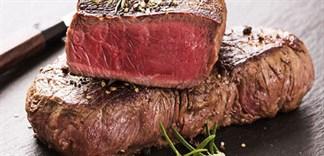 Nước màu đỏ chảy ra từ thịt bò bít tết có phải là máu?