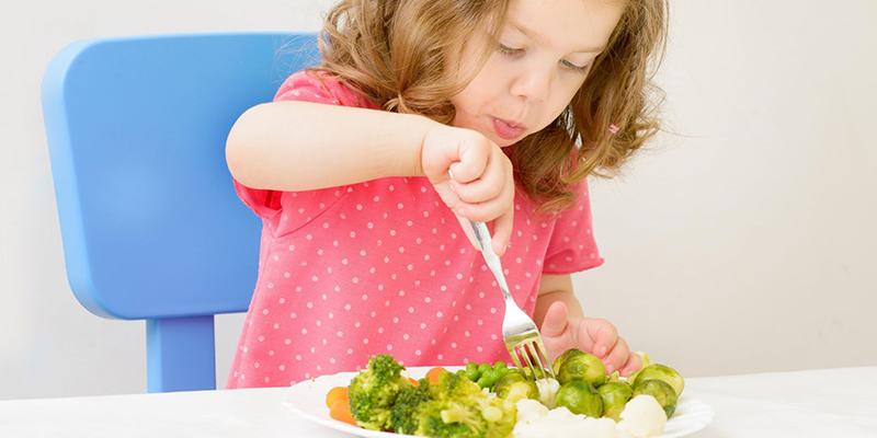 Nguyên nhân đầu tiên đó là do ở mỗi độ tuổi bé sẽ có sở thích những màu sắc khác nhau. Và những màu sắc đó ảnh hưởng lớn đến sở thích ăn của bé.