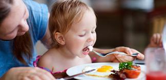 Những cảnh báo mẹ cần lưu ý khi cho bé ăn trứng