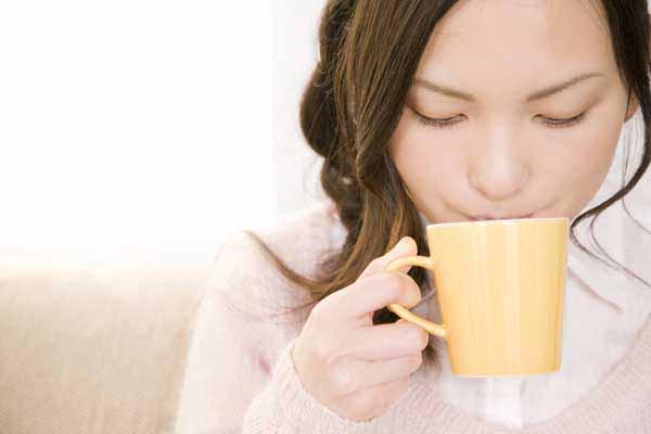 Uống nước ấm giúp thông mũi, họng