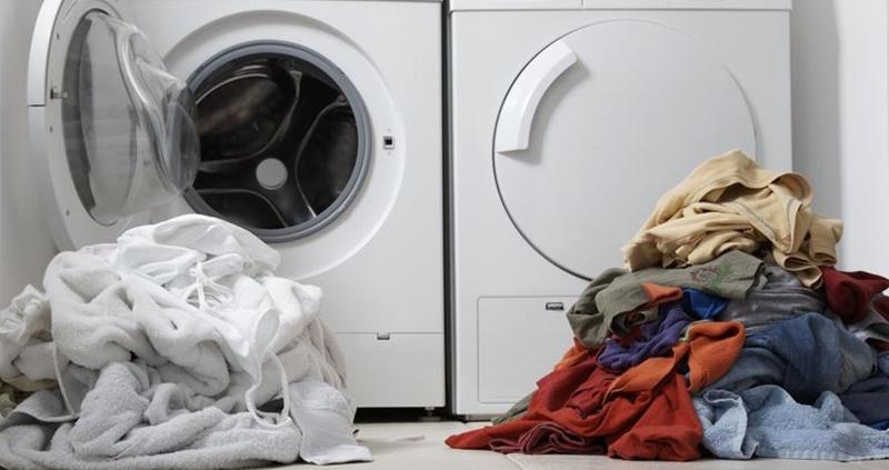Phân loại và giặt tách riêng quần áo trắng với quần áo màu