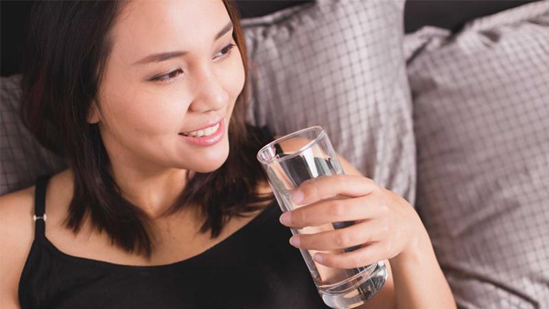 Uống nước ngay sau khi thức dậy