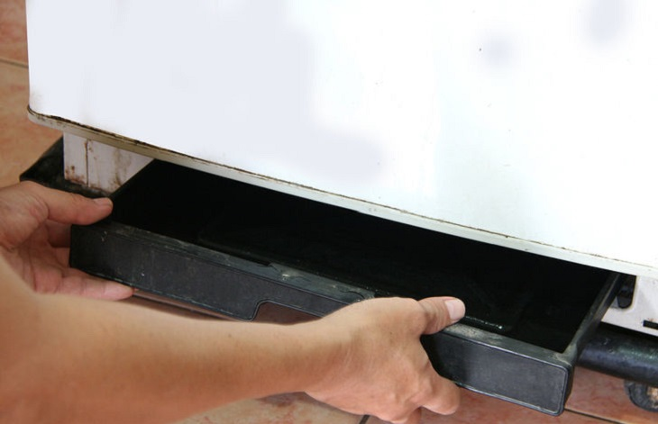 Khay chứa nước phía sau tủ lạnh bị tràn