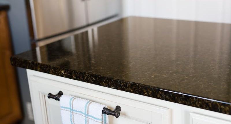 Giấm ăn dễ tạo dấu vết trên kệ bếp bằng chất liệu đá hoa cương, đá cẩm thạch