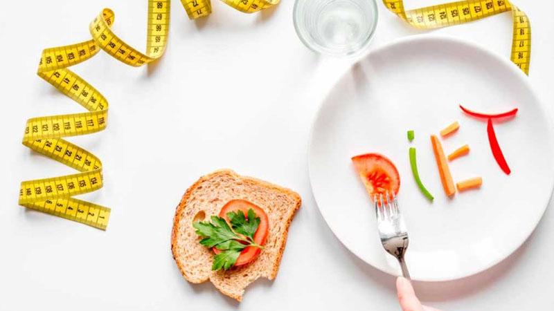 Người ăn kiêng hạn chế ăn bơ vì hàm lượng calo có trong quả bơ khá cao