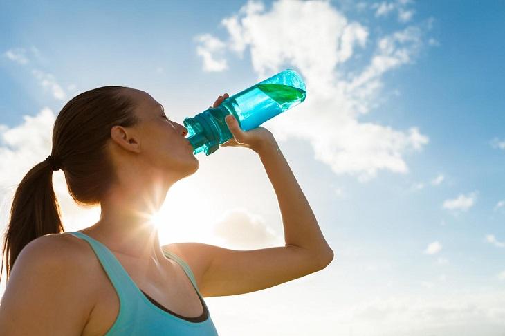 Uống đủ nước khi hoạt động ngoài nắng quá lâu để tránh mất nước gây say nắng, say nóng