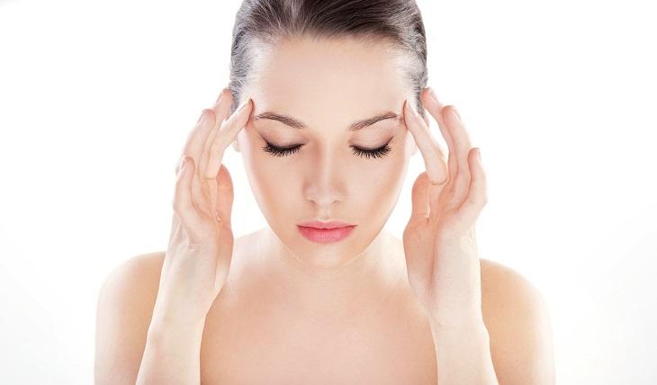 Đau đầu là biểu hiện thường gặp của say nắng, say nóng