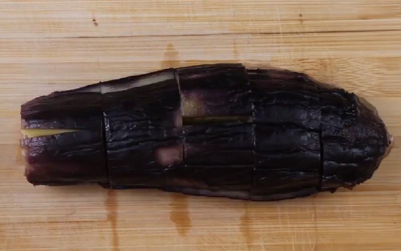 Lột vỏ bên ngoài, cắt miếng vừa ăn.