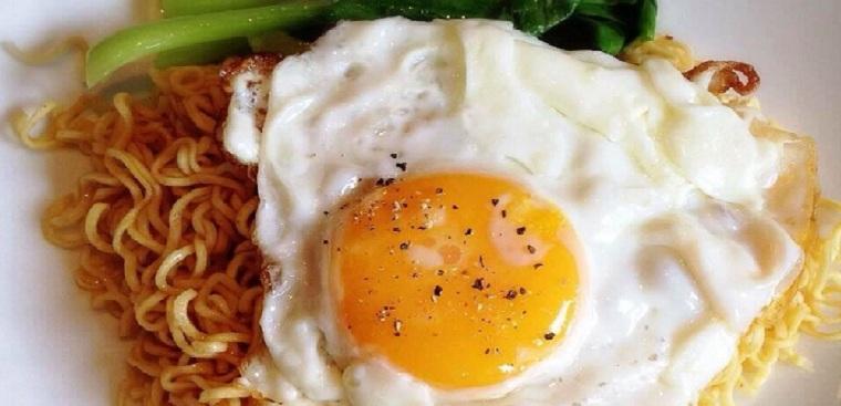 Cách làm mì xào trứng nhanh gọn mà thơm ngon hấp dẫn